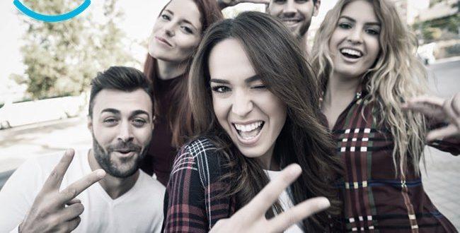 emigrantes. grupo de pessoas felizes