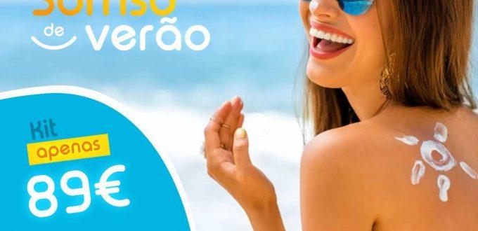 Sorriso de verão. Mulher na praia a sorrir
